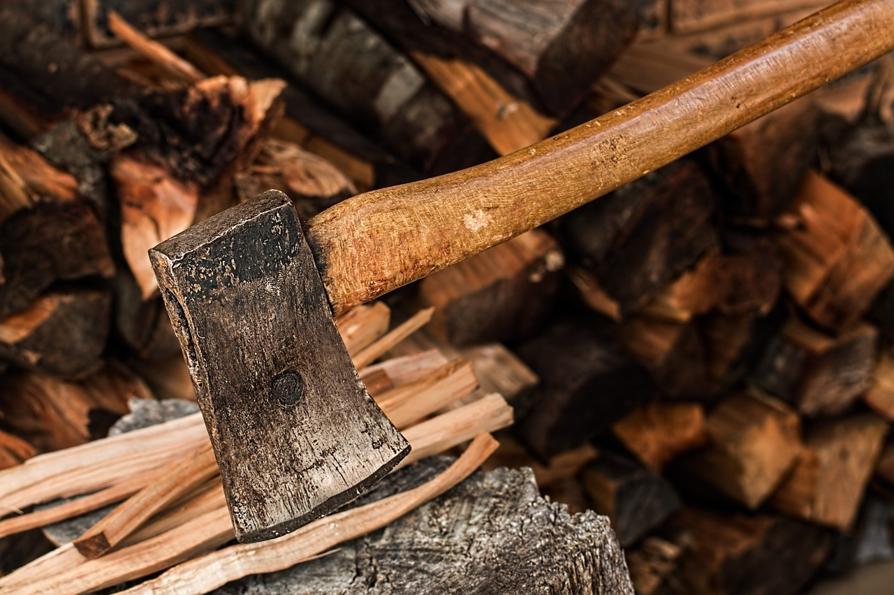 How to safely chop firewood with the correct ax